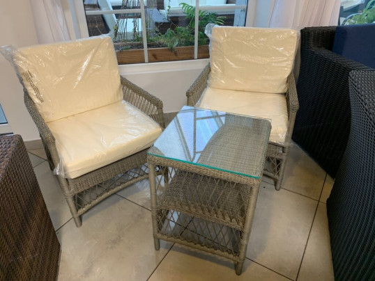 Zestaw 2 foteli z technorattanu ze stolikiem